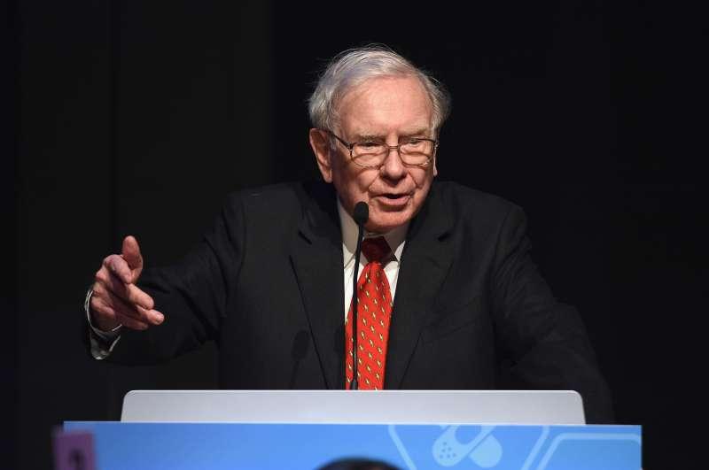 Warren Buffett speaks during the Forbes' 2015 Philanthropy Summit Awards Dinner on June 3, 2015 in New York City.