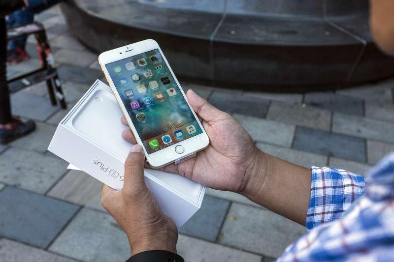 Customer who just purchased Apple's iPhone 6s in Beijing Sanlitun Apple Store, Beijing, September 25, 2015.