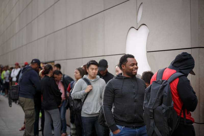 Customers waiting in line at the Apple Store to buy the new iPhone 6s.