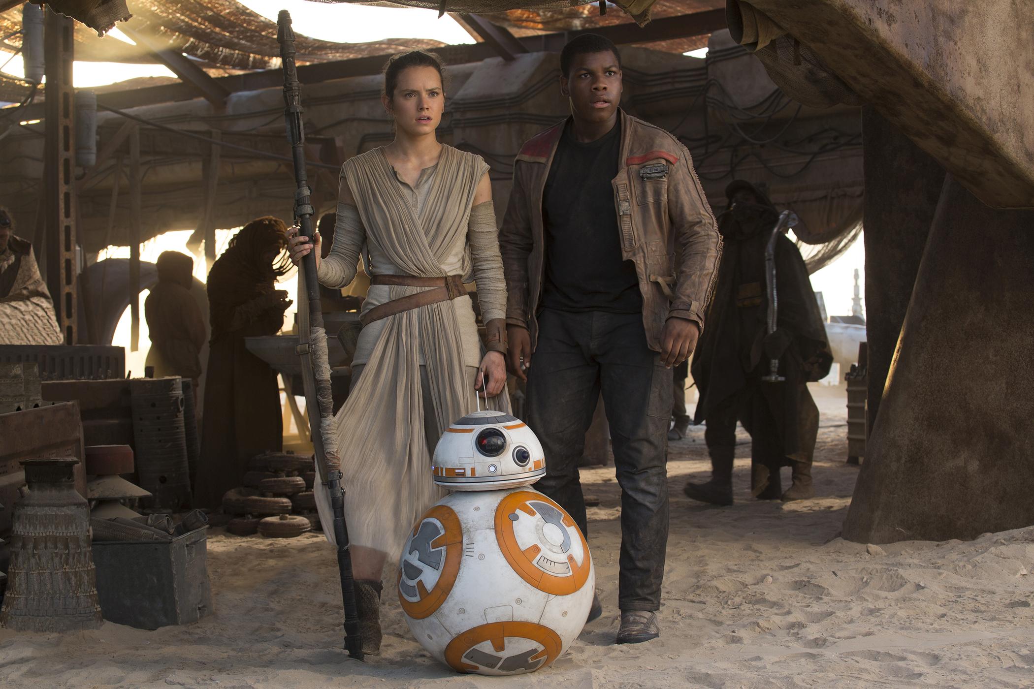 John Boyega and Daisy Ridley in STAR WARS: EPISODE VII (2015)