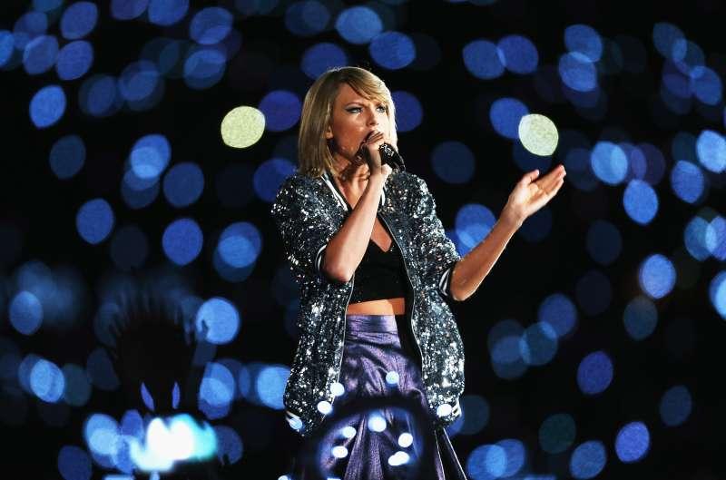 SYDNEY, AUSTRALIA - NOVEMBER 28:  Taylor Swift performs during her '1989' World Tour at ANZ Stadium on November 28, 2015 in Sydney, Australia.  (Photo by Don Arnold/WireImage)