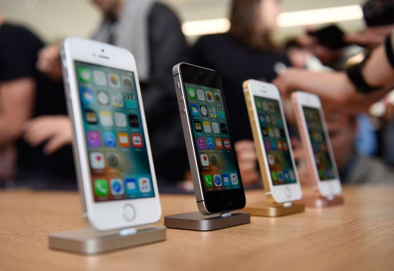 New Apple Inc. iPhone SE smartphones are displayed after an event in Cupertino, California, on March 21, 2016. Apple Inc. unveiled a new, smaller iPhone that will start at $399, seeking to jump-start sales of its flagship product by enticing more users to upgrade, especially in high-growth markets such as China and India.