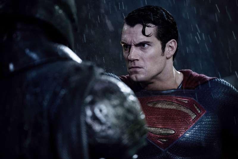 BATMAN V SUPERMAN: DAWN OF JUSTICE, from left: Ben Affleck as Batman, Henry Cavill as Superman, 2016.