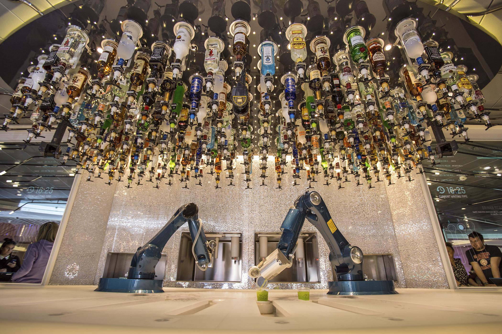 160810_GAL_Robots_Bartender