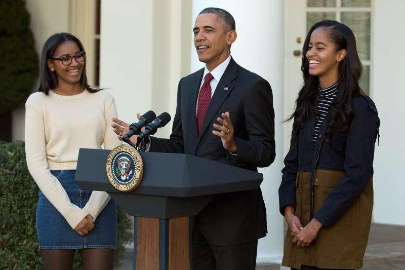 President Barack Obama with daughters Sasha (L) and Malia (R).