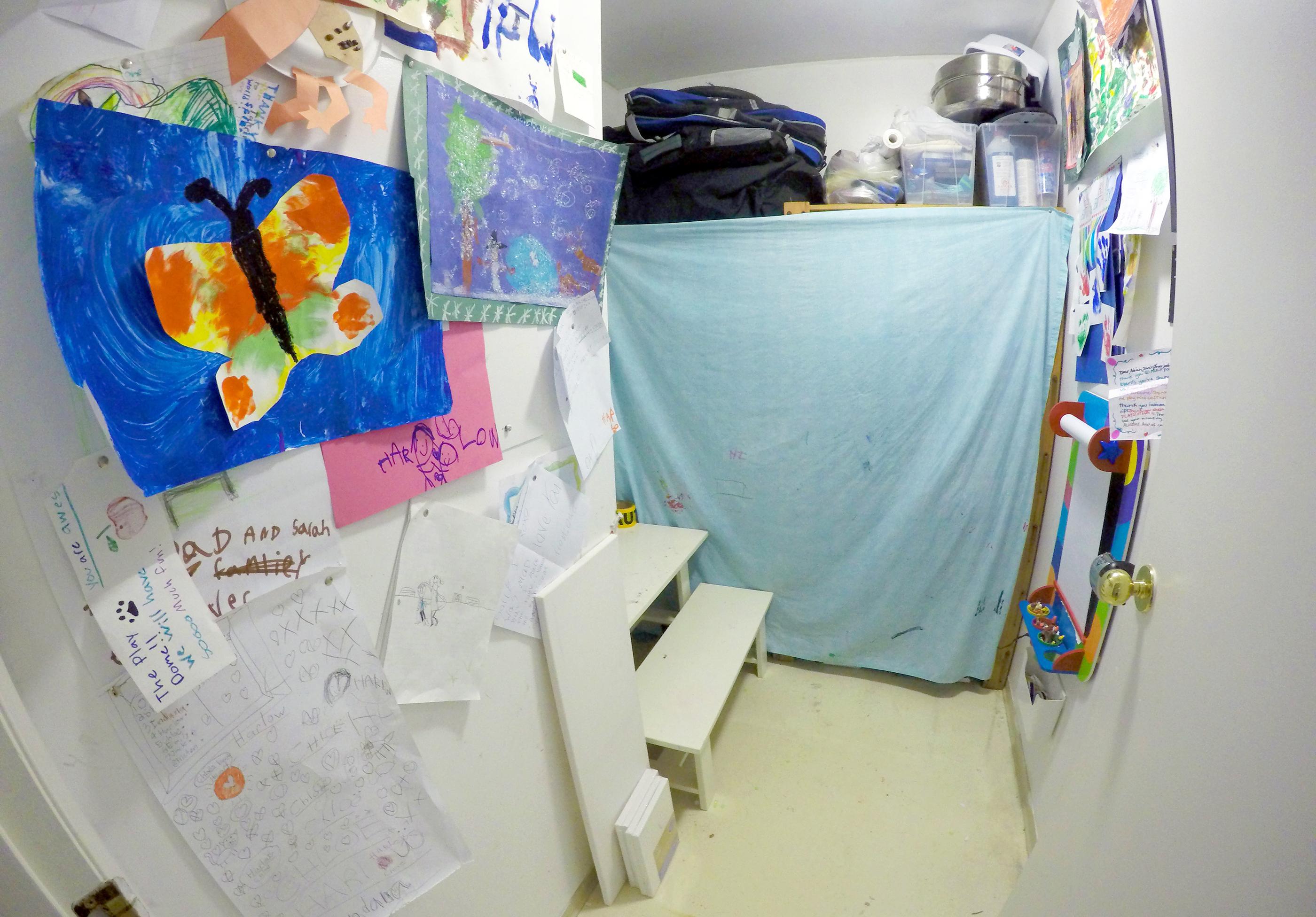 171011-five-kids-tiny-apartment-art-room