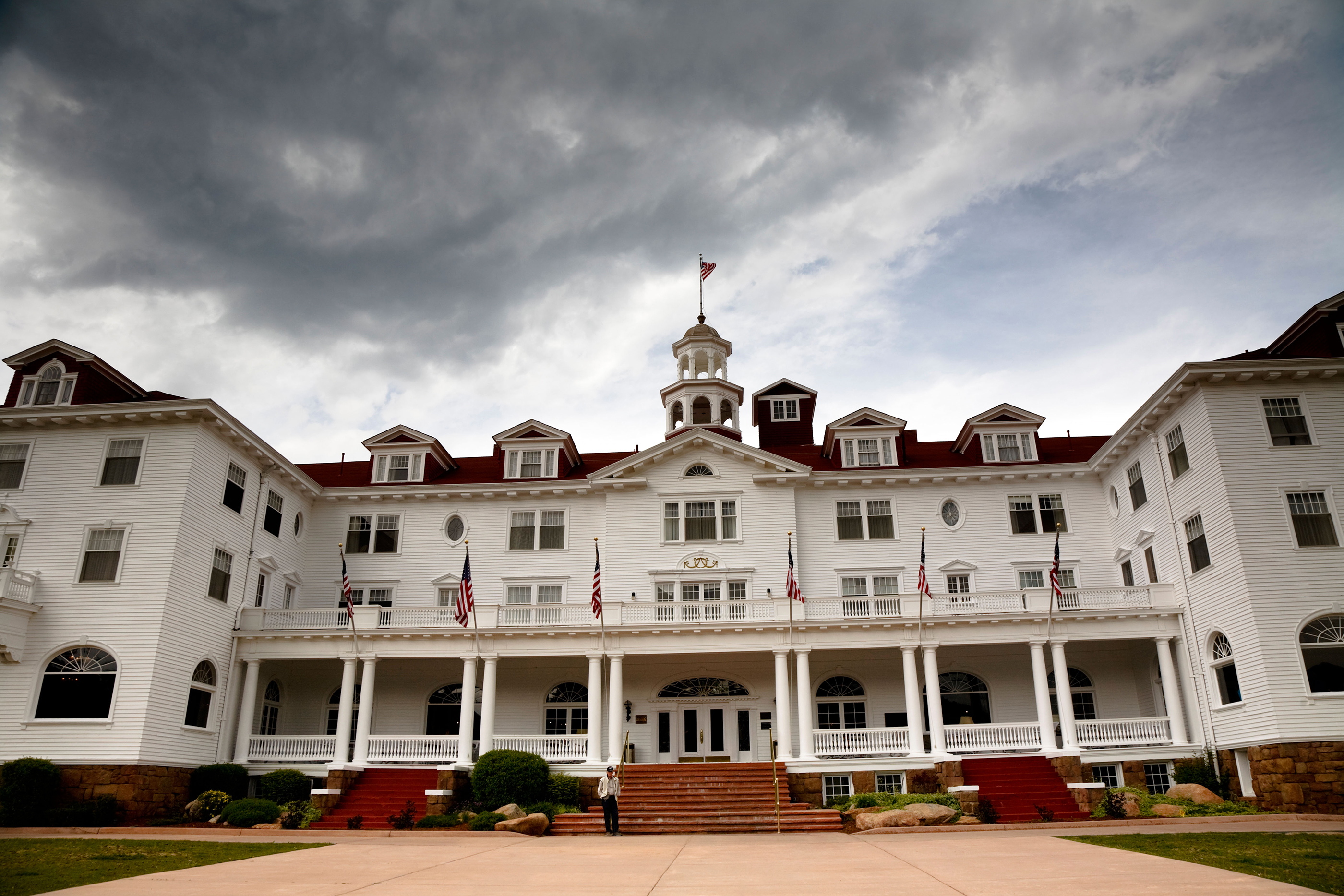 171025-creepy-hotels-stanley-hotel