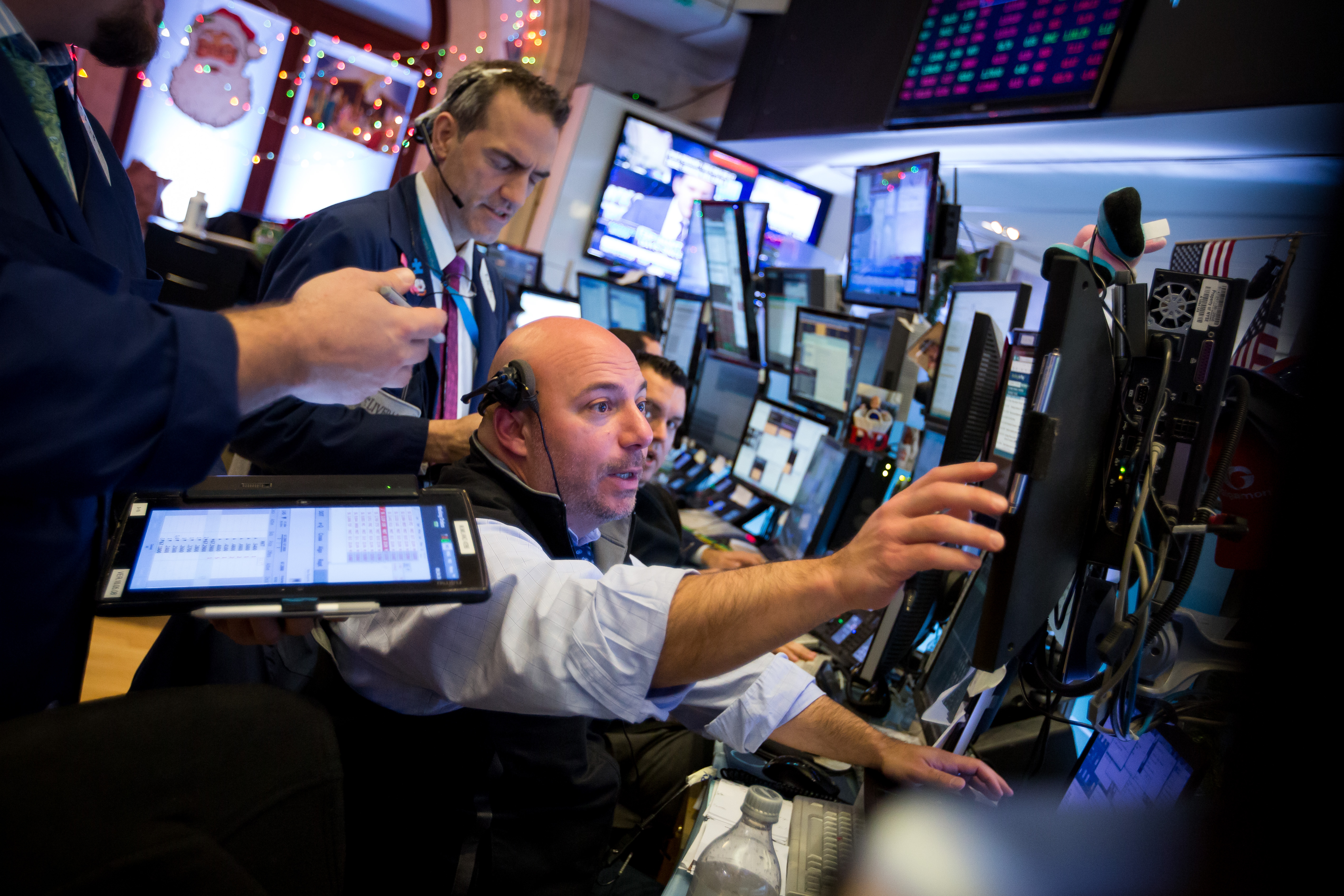 Traders work on the floor of the New York Stock Exchange (NYSE) in New York, U.S., on Monday, Nov. 13, 2017. U.S. stocks fluctuated, while Treasuries and the dollar edged higher as investors awaited clues on the direction of monetary policy and tax reform.