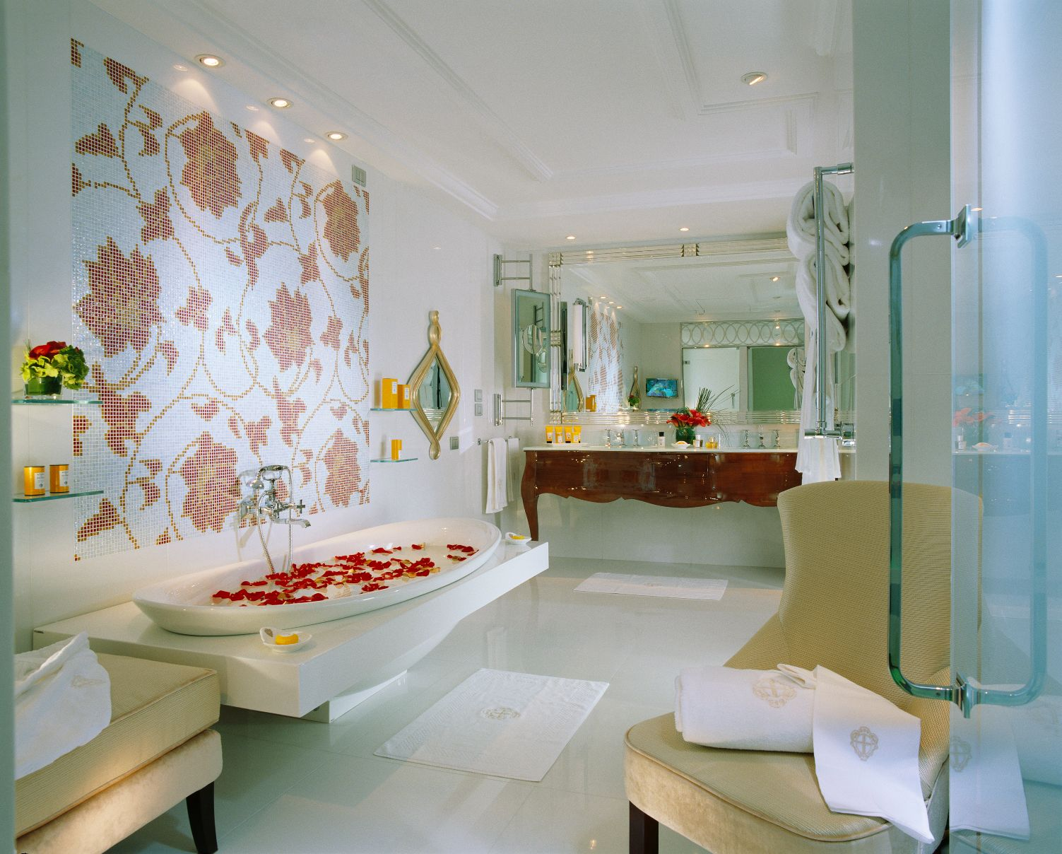 An image of the bathroom inside of the Hotel Principe di Savoia in Milan.