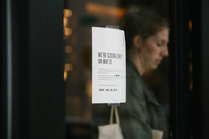 A sign displays early closing hours for diversity training at a Starbucks Corp. coffee shop in Philadelphia, Pennsylvania, U.S., on Tuesday, May 29, 2018.
