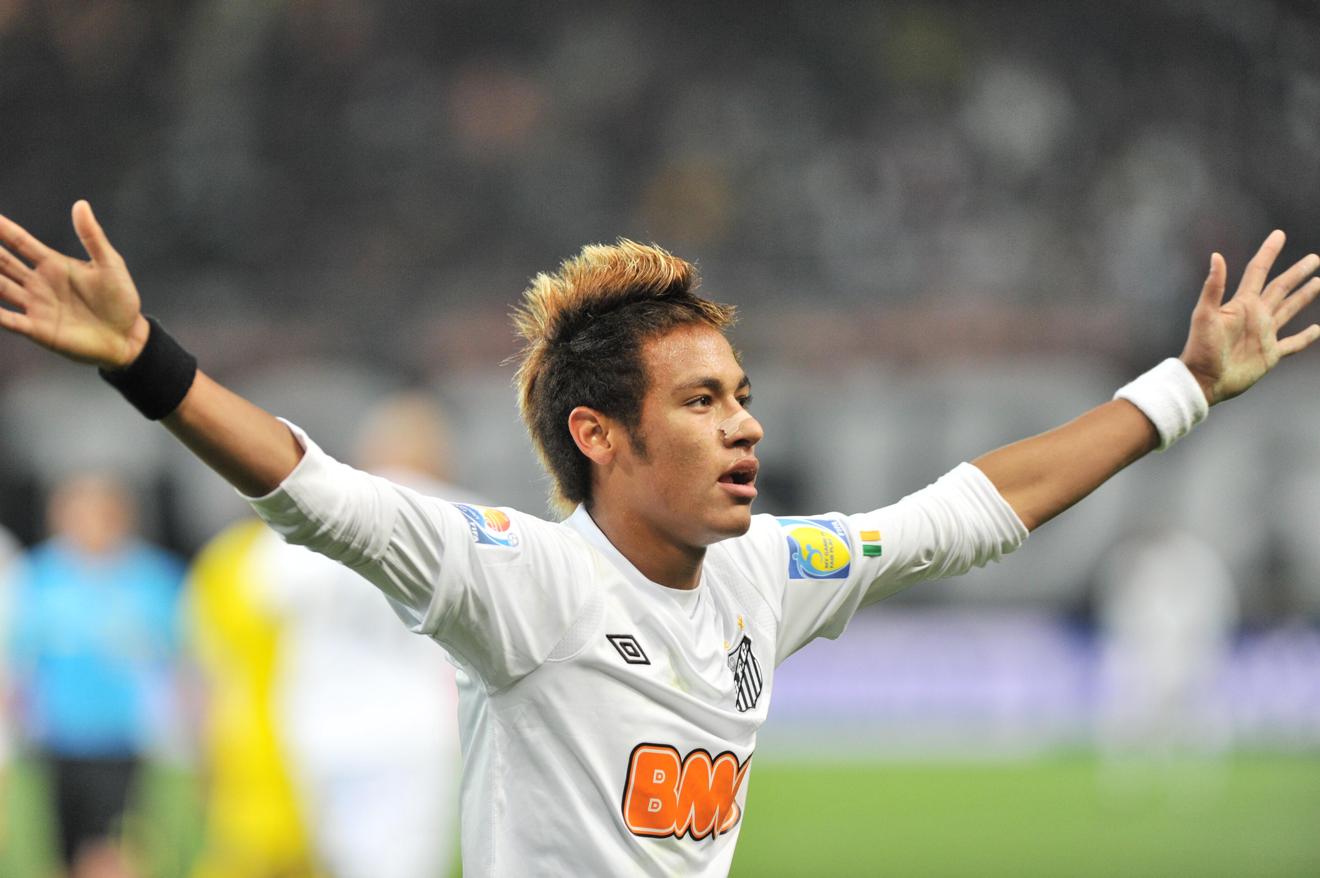 Santos striker Neymar (C) celebrates his