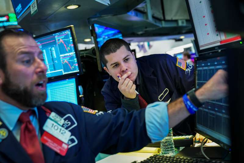 Traders work ahead of the opening bell on the floor of the New York Stock Exchange (NYSE), January 14, 2019.