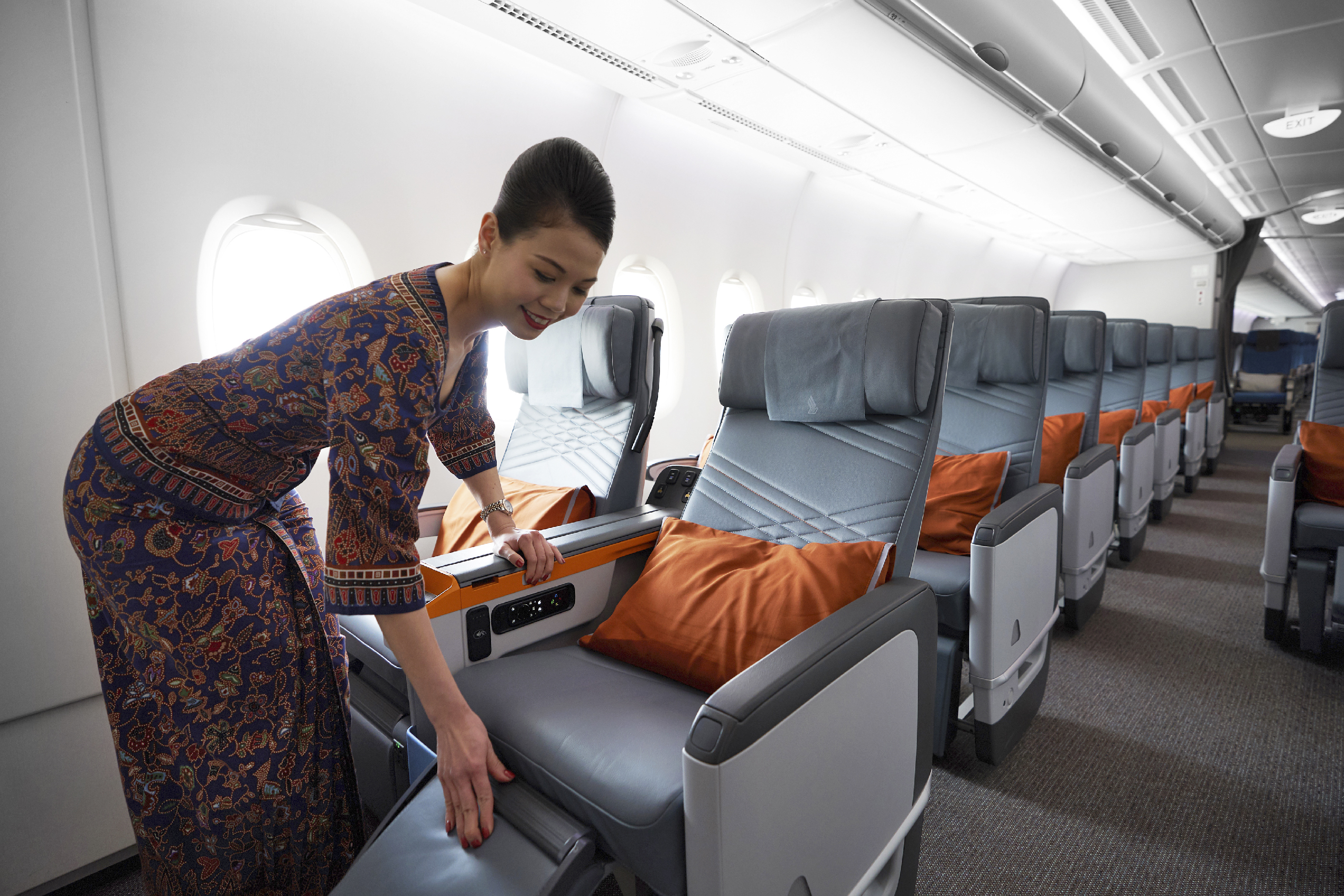 Singapore Airlines CEO Goh Choon Phong and Airbus COO Fabrice Bregier Unveil SE A380 with Refitted Cabins