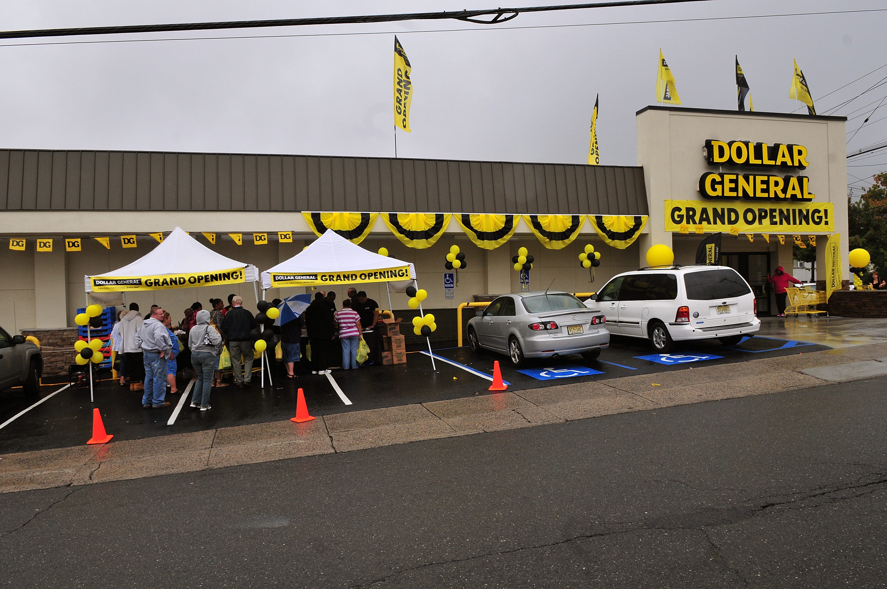 Carl Banks Teams With P & G To Officially Open Three Dollar General Stores