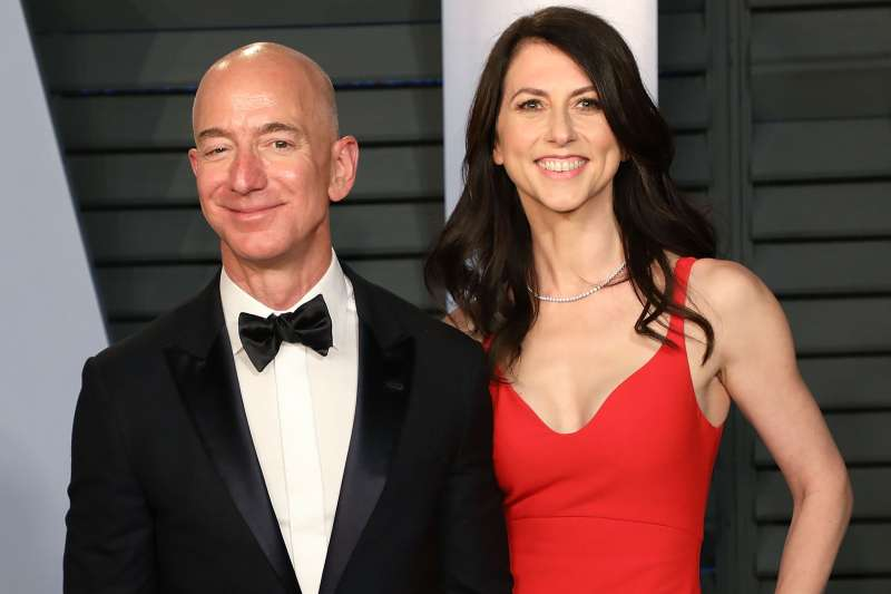 Amazon CEO Jeff Bezos (L) and MacKenzie Bezos attend the 2018 Vanity Fair Oscar Party hosted by Radhika Jones at Wallis Annenberg Center for the Performing Arts on March 4, 2018 in Beverly Hills, California.